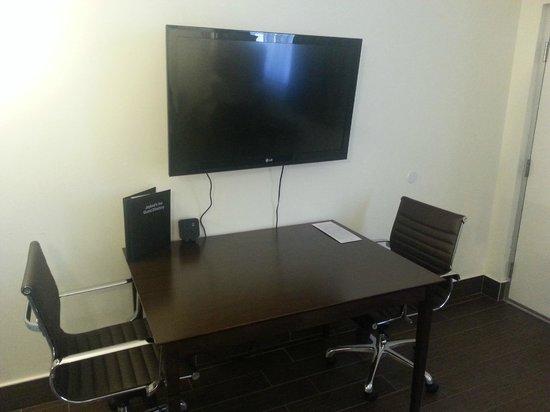 Jaybird's Inn: Front desk/TV