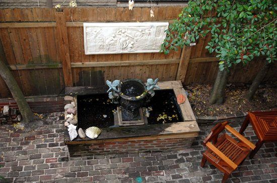 R&B Bed and Breakfast: Courtyard View from Mardi Gras suite