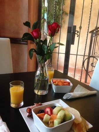 La Terraza de San Juan : Delicious breakfast with fresh flowers