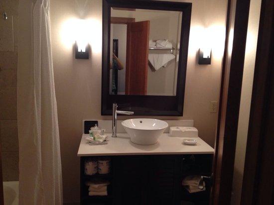 Humphreys Half Moon Inn & Suites : King room bathroom
