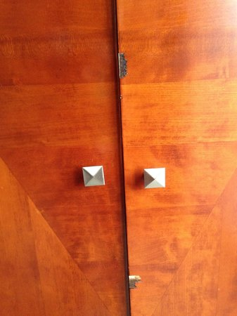 Inn at Cherry Creek: Chipped wardrobe doors