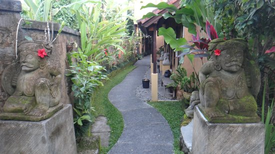 Tunjung Mas Bungalows: walk to the room