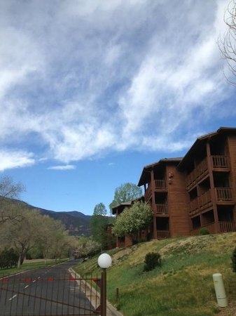 Cheyenne Mountain Resort: The lodge rooms exterior