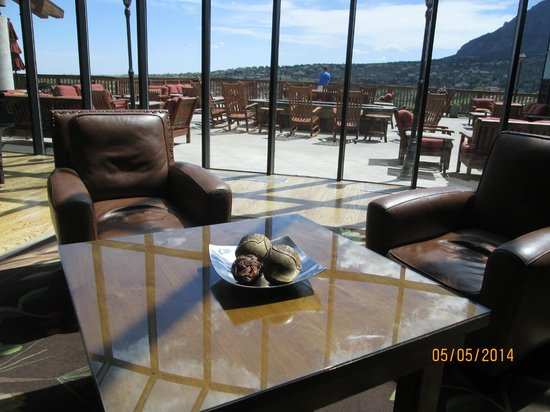 Cheyenne Mountain Resort: The lobby area overlooking the deck