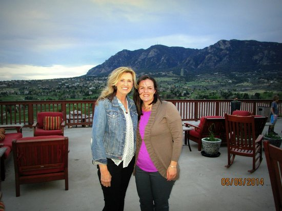 Cheyenne Mountain Resort: beautiful deck with firepit
