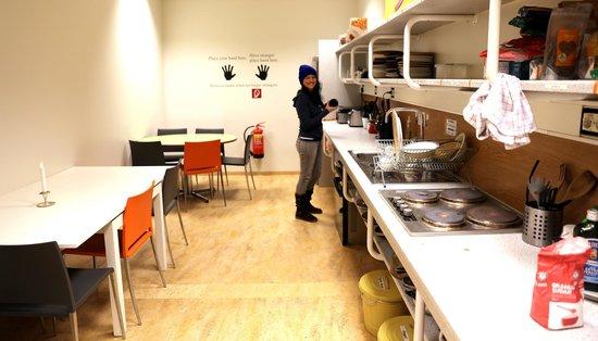 Bus Hostel: Kitchen