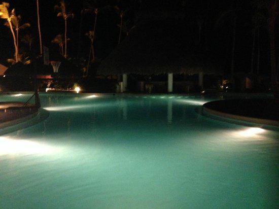 Secrets Royal Beach Punta Cana: pool in evening