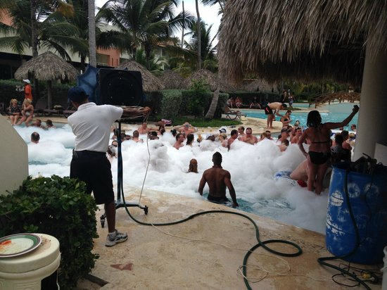 Secrets Royal Beach Punta Cana: foam party at pool