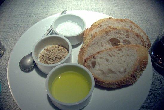 Eat Me Restaurant: Pre-dinner meal bread