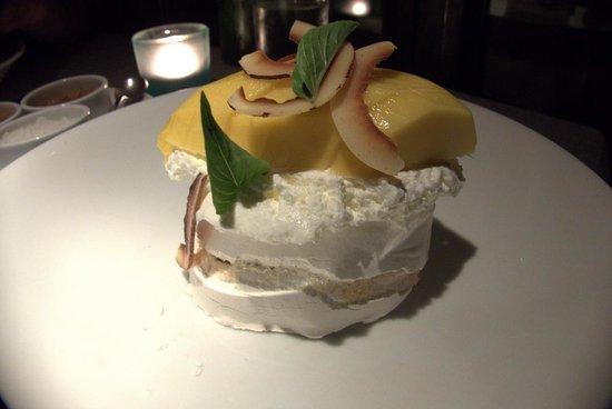 Eat Me Restaurant: Pavlova dessert