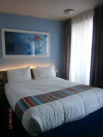 Travelodge Edinburgh Central Waterloo Place Hotel : super large and comfy bed