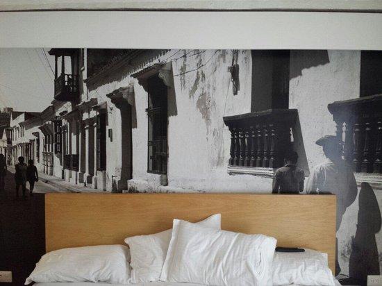 Delirio Hotel: Quarto decorado com fotos lindas. Cama enorme. Quarto 202.