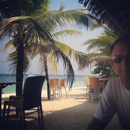 Grand Roatan Caribbean Resort: Breakfast on the beach