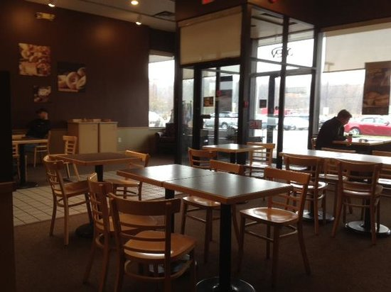 Bruegger's Bagels: Dining room