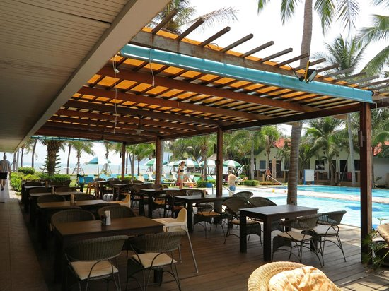 Dolphin Bay Resort: Restaurant in front of the pool
