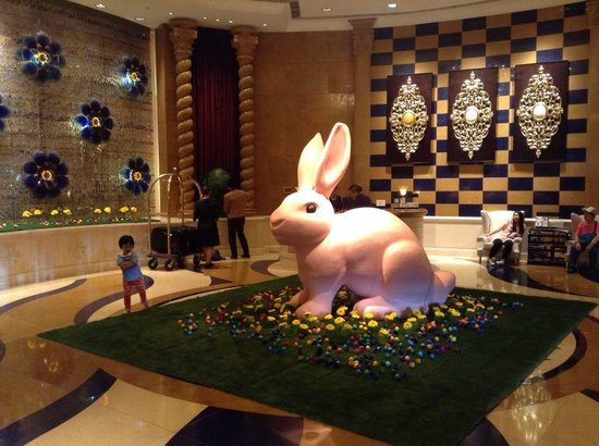Sofitel Macau At Ponte 16: Hotel lobby decorations for Easter wekeend...