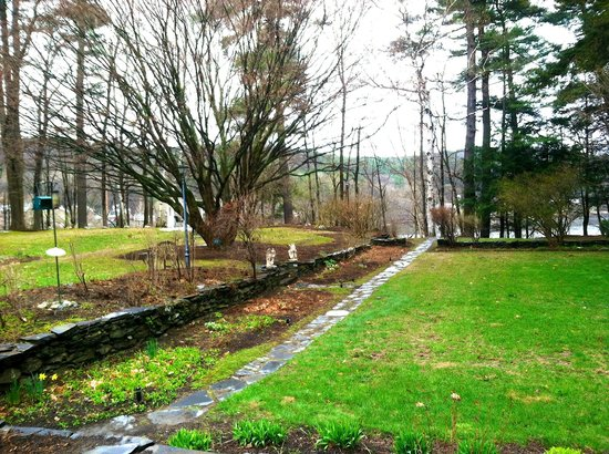 Inn on Putney Road Bed and Breakfast : The Backyard/Gardens