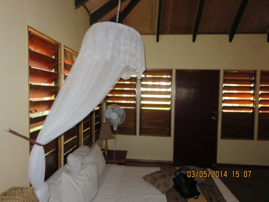 Club Fiji Resort : Bed in the Bure