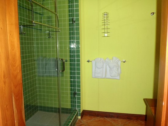 Laru Beya Resort & Villas: huge shower