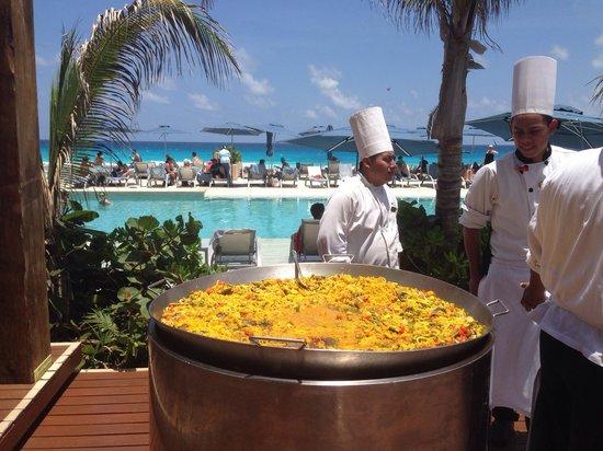 Secrets The Vine Cancun: Paya at the pool