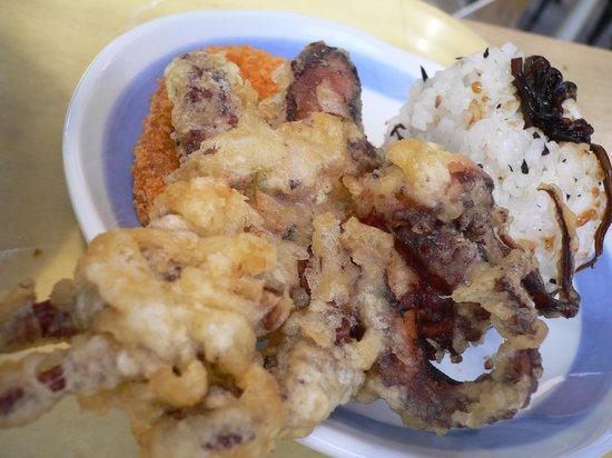 Udondokoroshinsei : イイダコの天ぷらは大人気。おにぎりも揚げ物も美味しい