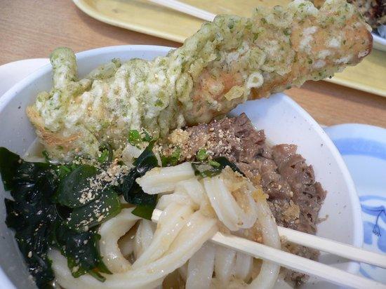Udondokoroshinsei : 肉うどんにちくわ天を乗せて
