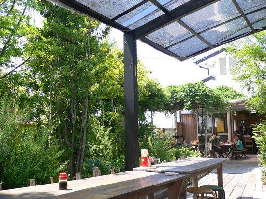 Udondokoroshinsei : 屋外のお庭を見ながら食事できるので春はお勧め!