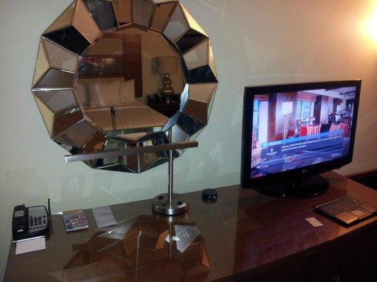Renaissance Las Vegas Hotel: TV Area