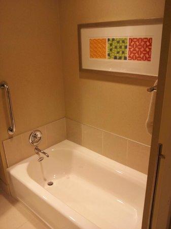 Renaissance Las Vegas Hotel: Seperate tub