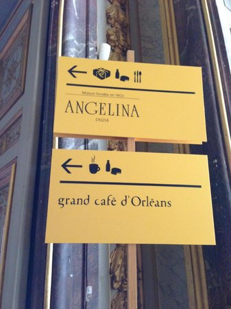Angelina Château de Versailles - Pavillon d'Orléans : signs for the restaurant, easily spotted in the palace