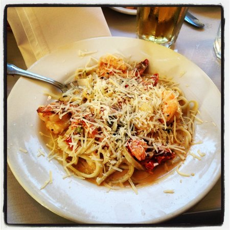 Monterey's Fish House : Prawns and linguini