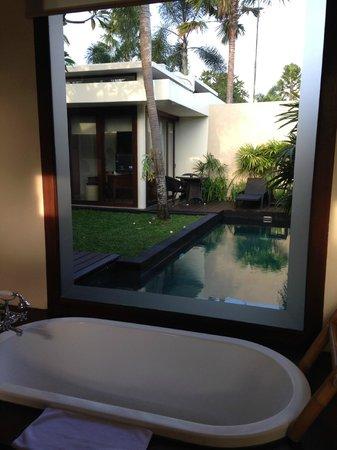 Anantara Vacation Club Bali Seminyak: Bathroom with pool view