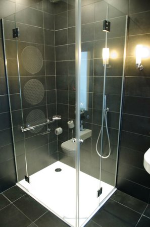 Le Mathurin Hotel & Spa Paris: Glass shower, watch out it leaks onto the floor