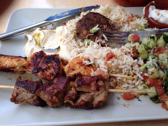 Le Tarbouche : Plat brochette poulet et porc riz salade concombre tomate houmous et crème d ail