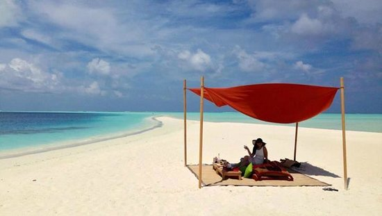 Cocoa Island by COMO : beach picnic on cocoa island
