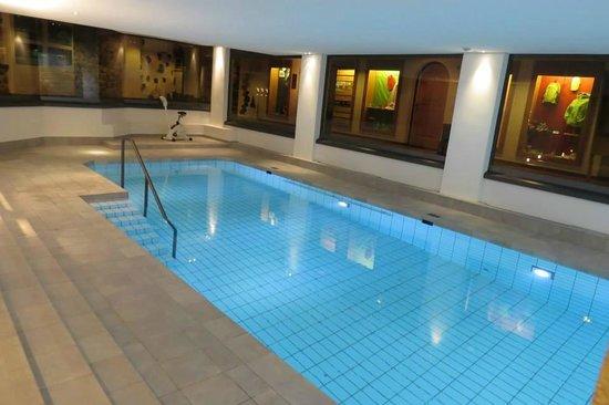 Hotel Bernerhof Gstaad: Pool