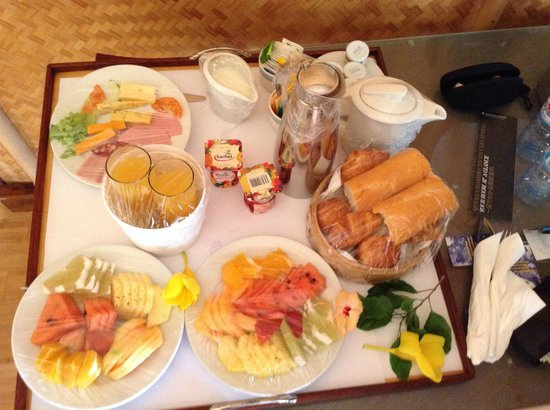 InterContinental Moorea Resort & Spa: Continental breakfast delivered to our bungalow.
