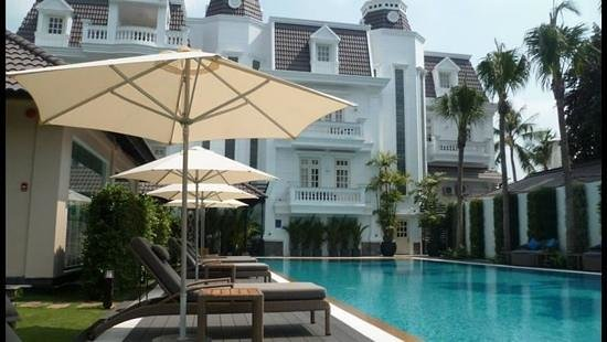 Villa Song Saigon: back of the building with pool and gym