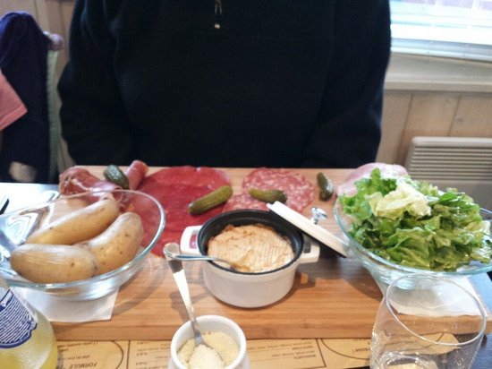 Le Piron: Camembert chaud et charcuterie. Très belle présentation