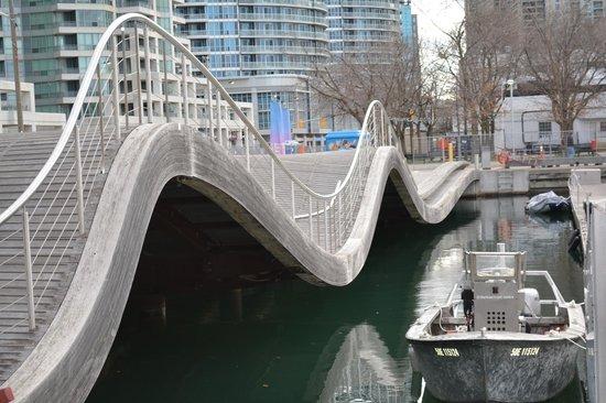 Radisson Admiral Toronto Harbourfront : Next to hotel