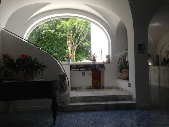 Hotel Villa Sanfelice: Lobby - stairs that go up to guest rooms