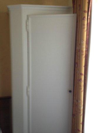 Hotel du Square d'Anvers: Небольшой пыльный шкаф