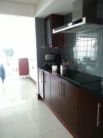 Jumeirah Living World Trade Centre Residence : kitchen