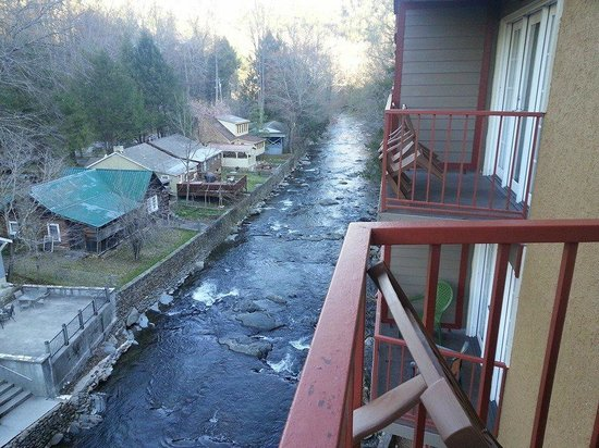Baymont Inn & Suites Gatlinburg On The River: right side view of the river, loved the view
