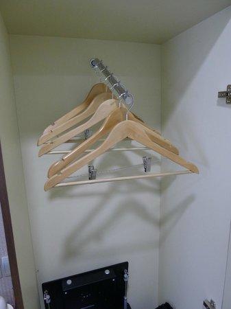 Hotel Clover 5 HongKong Street: Poor design of hanging rack Not User Friendly