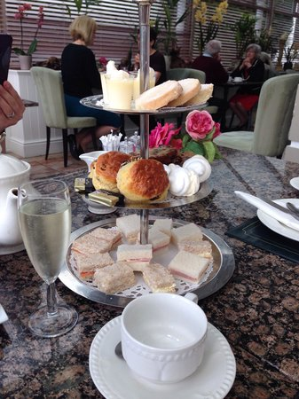Plas Maenan Country House: Cream tea with prosecco in the conservatory. Delicious! And with a discount voucher found online