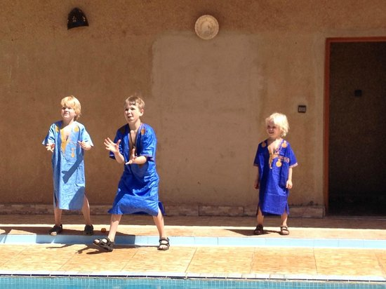 Peace Morocco Tours: De jongens in Hotel L'homme du desert, Merzouga