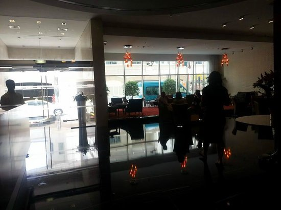 Cosmopolitan Hotel Dubai : Lobby-poor lighting