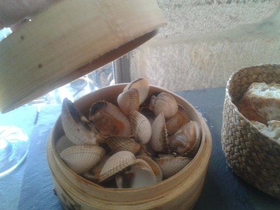 Loaira Xantar: Berberechos al vapor servidos en vaporizador de bambu