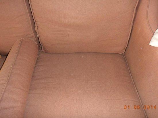 Sunrise Grand Select Arabian Beach Resort: диван, на котором были белые пятна ...фу...